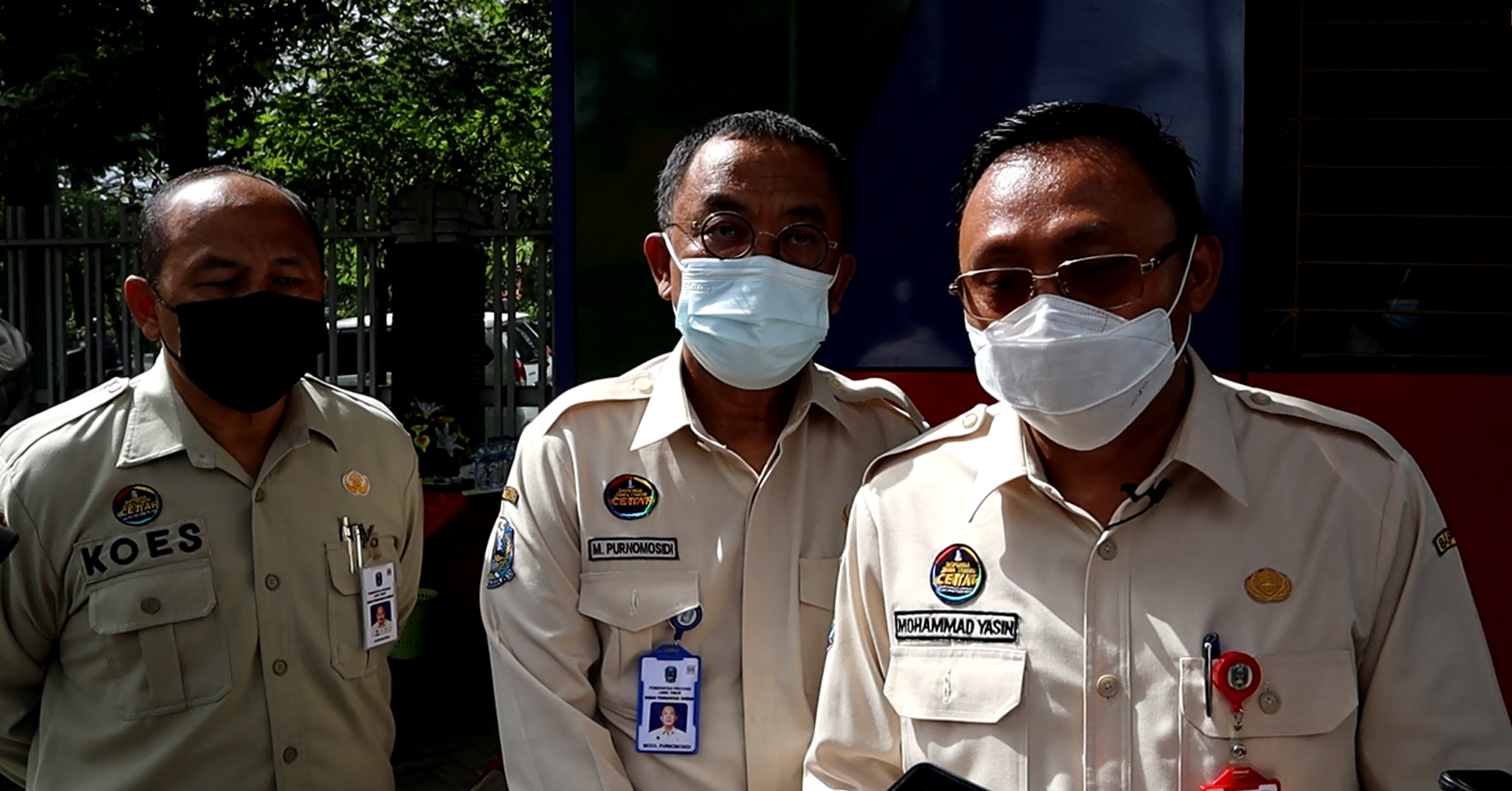 Plt. Kepala Bapenda Jatim Mohammad Yasin didampingin Kepala Bidang Pajak Daerah Purnomosidi dan Kepala  UPT PPD Surabaya Selatan Koesyantoni saat menyampaikan keterangan kepada wartawan terkait pencapaian pendapatan dalam program Diskon Ramadhan